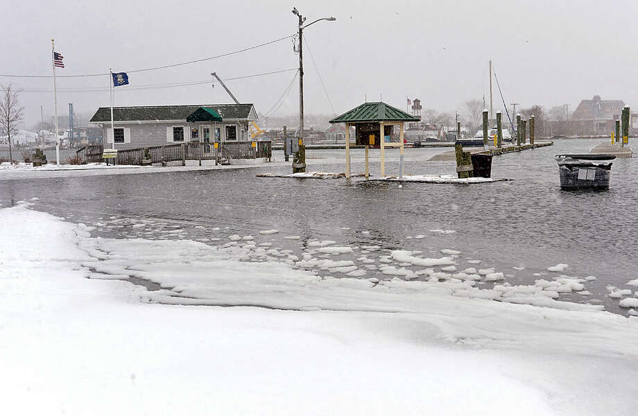 Hour photo / Erik Trautmann High tides and storm surge flood the Norwalk Visitor Docks in Norwalk as Snowstorm Jonas moves through the area Saturday.