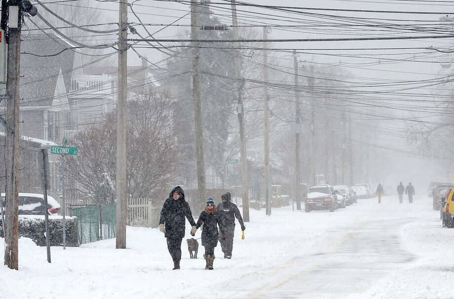 Hour photo / Erik Trautmann Residents along Cove Ave in Norwalk cope with Snowstorm Jonas as it moves through the area Saturday.