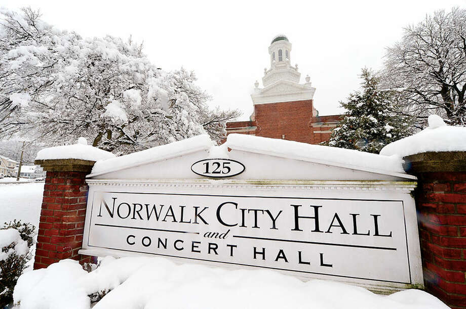 Hour photo / Erik Trautmann 4 inches of wet snow blanketed Norwalk early Saturday morning.