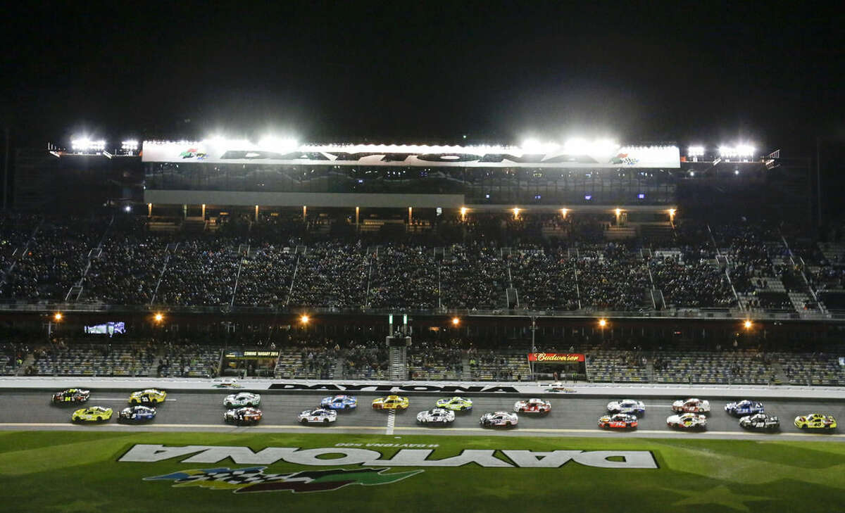 Jeff Gordon, top left, and Matt Kenseth, bottom left, lead the field to start the first of two qualifying races for the Daytona 500 NASCAR Sprint Cup Series auto race at Daytona International Speedway, Thursday, Feb. 19, 2015, in Daytona Beach, Fla. (AP Photo/John Raoux)
