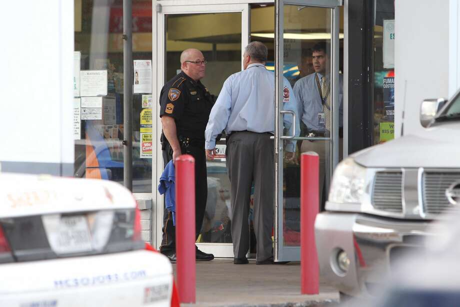 One dead at a Conoco gas station 5623 Aldine Bender Rd. Photo: Steve Gonzales/Houston Chronicle