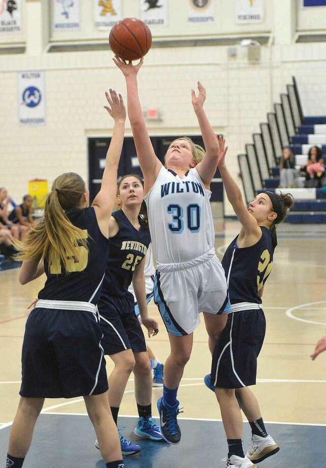 Hour Photo/Alex von Kleydorff. Wiltons #30 Claire Gulbin vs Newington