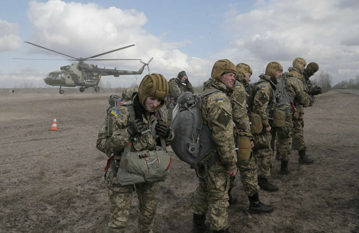 Ukrainian army soldiers perform a military exercise at a training ground outside Zhitomir, Ukraine, Friday, March 6, 2015. Ukrainian military officials say government forces are withdrawing heavy rocket launchers from the front line with Russian-backed separatists in accordance with last month's cease-fire accord.(AP Photo/Efrem Lukatsky)