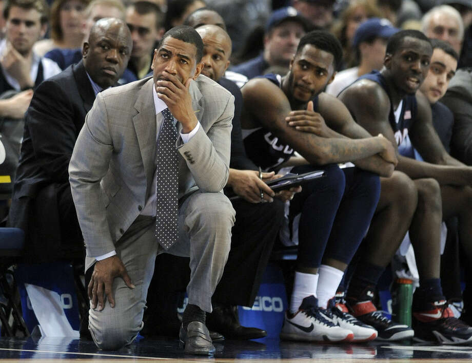 Connecticut head coach Kevin Ollie and his team react late in the second half of their 62-54 loss to SMU in an NCAA college basketball game in the finals of the American Athletic Conference tournament in Hartford, Conn., Sunday, March 15, 2015. (AP Photo/Fred Beckham)