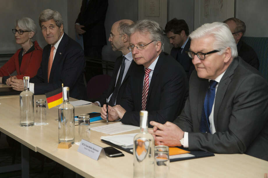 U.S. Secretary of State John Kerry (2nd left) and German Foreign Minister Frank Walter Steinmeier (Right) attend a meeting about the recently concluded round of negotiations with Iran over Iran's nuclear program, in London, England, Saturday, March 21, 2015. (AP Photos / Brian Snyder, pool)