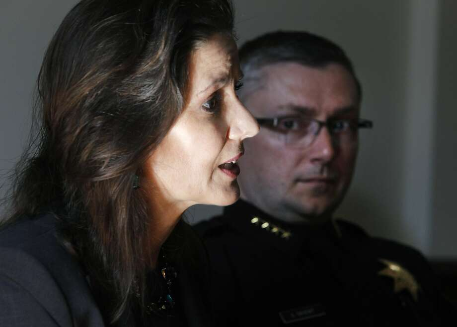 Mayor Libby Schaaf and then-Police Chief Sean Whent discuss Oakland's violence last year. Photo: Paul Chinn, The Chronicle