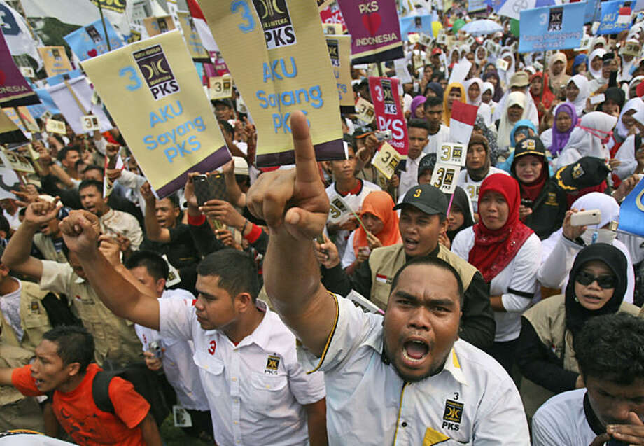 Supporters of Islam-based Prosperous Justice Party (PKS) shout slogans during a campaign rally in Medan, North Sumatra, Indonesia, Wednesday, March 26, 2014. Indonesia is scheduled to hold its parliamentary election on April 9 and presidential poll in July. (AP Photo/Binsar Bakkara)