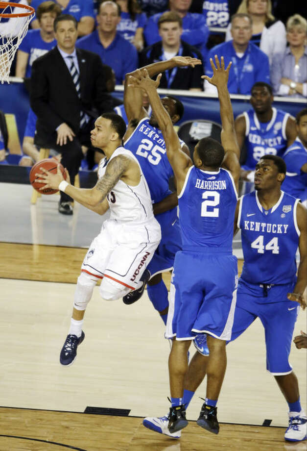 Connecticut guard Shabazz Napier shoots between Kentucky guard Dominique Hawkins (25) and guard Aaron Harrison (2) during the first half of the NCAA Final Four tournament college basketball championship game Monday, April 7, 2014, in Arlington, Texas. center Dakari Johnson (44) is at right. (AP Photo/Tony Gutierrez)