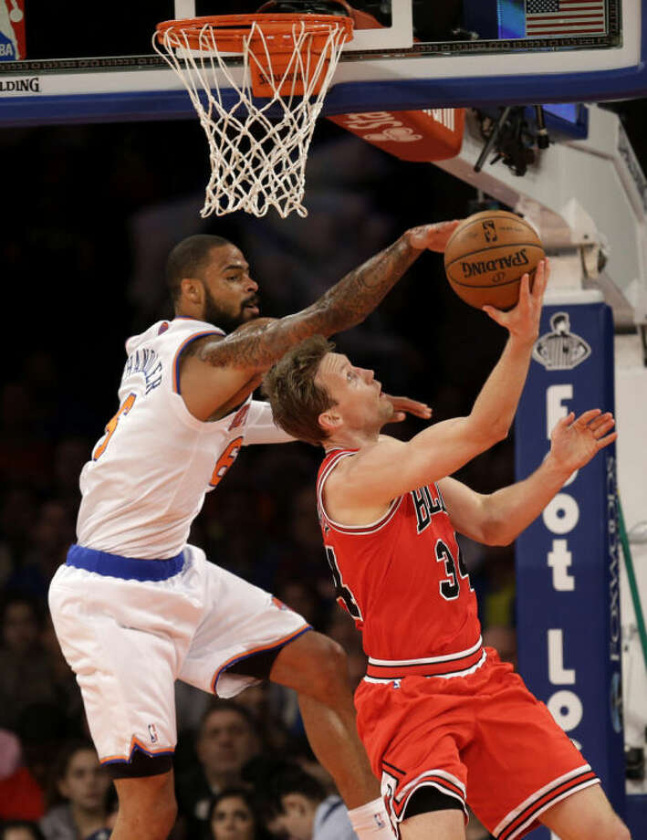 New York Knicks' Tyson Chandler, left, tries to block a shot by Chicago Bulls' Mike Dunleavy during the first half of the NBA basketball game, Sunday, April 13, 2014 in New York. (AP Photo/Seth Wenig)
