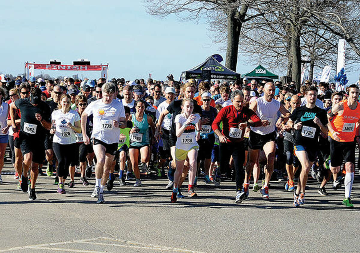 The start of the 6K Minute race at Compo Beach in Westport on Sunday. Hourr photo/Matthew Vinci