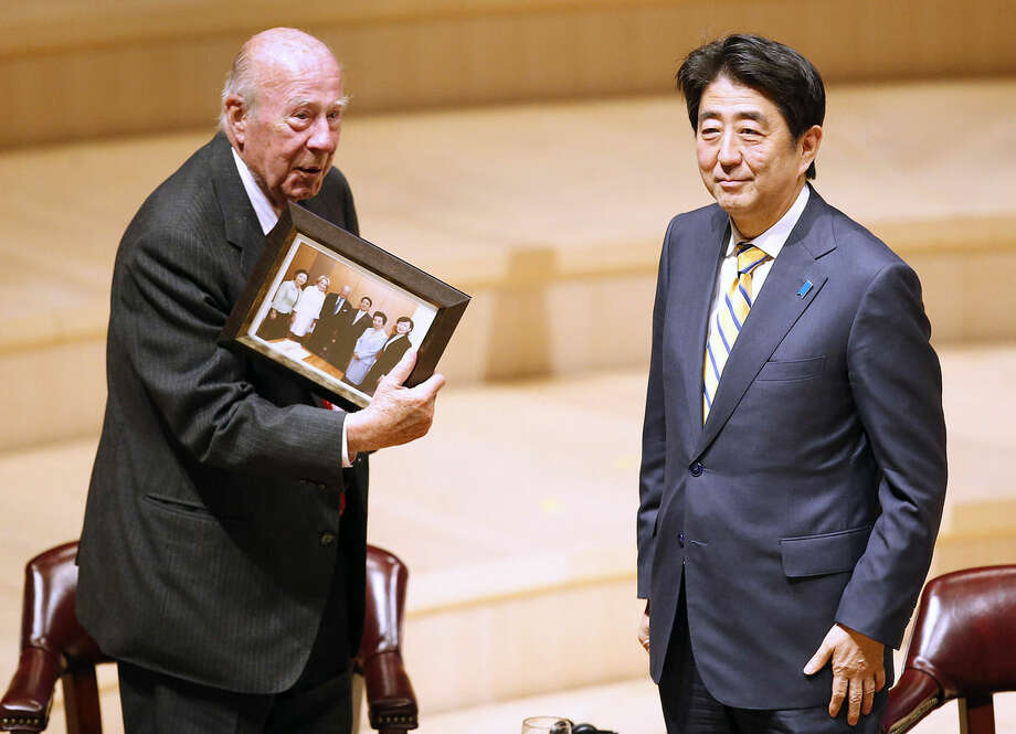Former Secretary of State George Shultz, left, presents a photograph to Japanese Prime Minister Shinzo Abe during the Silicon Valley Japan Innovation Program at Stanford University on Thursday, April 30, 2015, Stanford, Calif. (AP Photo/Tony Avelar)