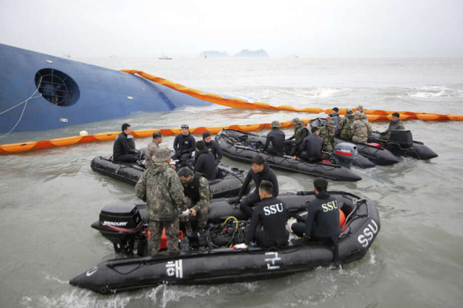 South Korean rescue team members prepare to search for passengers of a ferry sinking off South Korea's southern coast, in the water off the southern coast near Jindo, south of Seoul, South Korea, Thursday, April 17, 2014. Fears rose Thursday for the fate of more than 280 passengers still missing more than 24 hours after their ferry flipped onto its side and filled with water off the southern coast of South Korea. (AP Photo/Yonhap) KOREA OUT