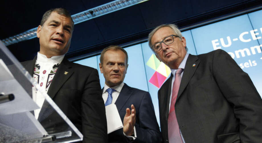 European Council President Donald Tusk, center, participates in a final media conference with Ecuador's President Rafael Correa, left, and European Commission President Jean-Claude Juncker at the conclusion of the EU-CELAC summit in Brussels on Thursday, June 11, 2015. (AP Photo/Francois Walschaerts)