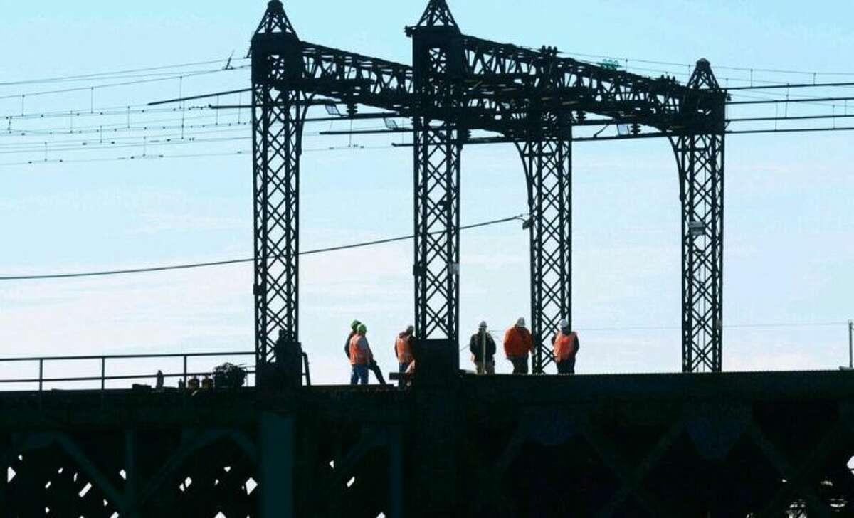 Metro North workers inspect South Norwalk bridge afyer closure Thursday morning pic.twitter.com/VF8izSq0P2
