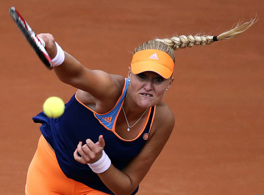 France's Kristina Mladenovic serves to China's Li Na during the first round match of the French Open tennis tournament at the Roland Garros stadium, in Paris, France, Tuesday, May 27, 2014. (AP Photo/David Vincent)