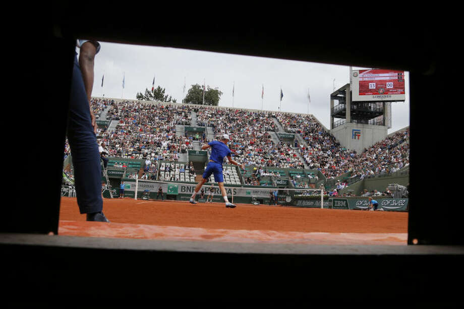 South Africa's Kevin Anderson returns the ball during the fourth round match of the French Open tennis tournament against Spain's David Ferrer at the Roland Garros stadium, in Paris, France, Monday, June 2, 2014. (AP Photo/David Vincent)