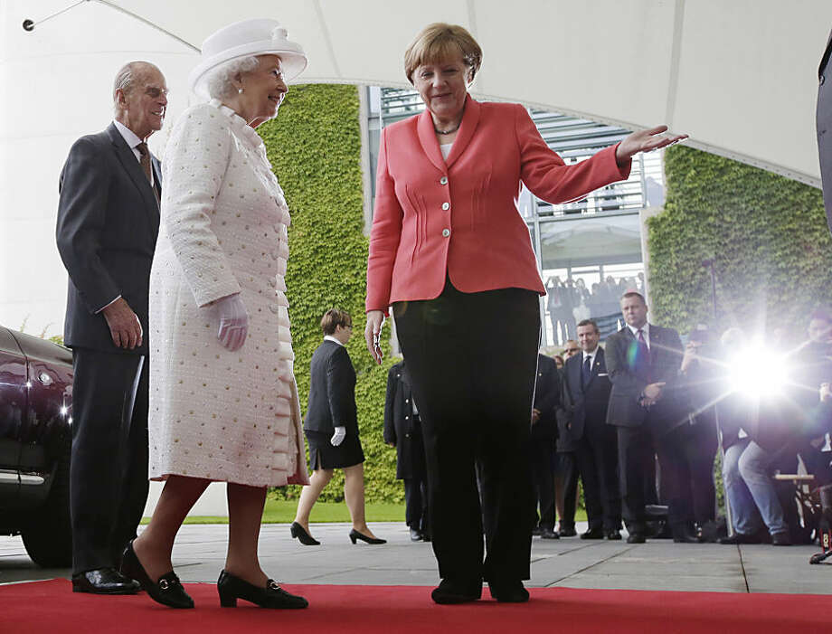 Britain's Queen Elizabeth II, left, and Germany's Chancellor Angela Merkel stand together as they meet in Germany's capital Berlin, Wednesday, June 24, 2015. Queen Elizabeth II and her husband Prince Philip are on an official visit to Germany until Friday, June 26. (AP Photo/Michael Sohn)