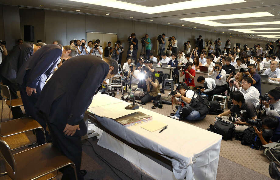 AP photo/Shizuo KambayashiToshiba Corp. CEO Hisao Tanaka, second from left, bows with chairman Tadashi Muromachi, left, and executive director Keizo Maeda, third from left, during a press conference to announce his resignation at the company's headquarters in Tokyo, Tuesday.