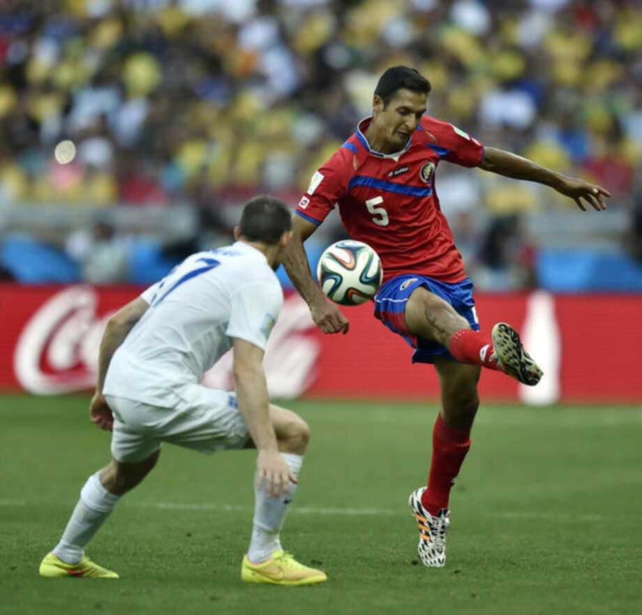 Costa Rica's Celso Borges, right, controls the ball past England's Jack Wilshere during the group D World Cup soccer match between Costa Rica and England at the Mineirao Stadium in Belo Horizonte, Brazil, Tuesday, June 24, 2014. (AP Photo/Martin Meissner)