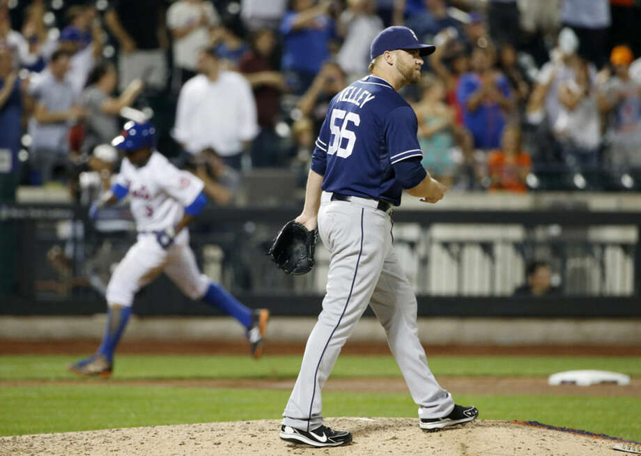 New York Mets Curtis Granderson trots the bases after hitting an eighth-inning, two-run home run off San Diego Padres relief pitcher Shawn Kelley (56), who reacts in a baseball game in New York, Tuesday, July 28, 2015. (AP Photo/Kathy Willens)