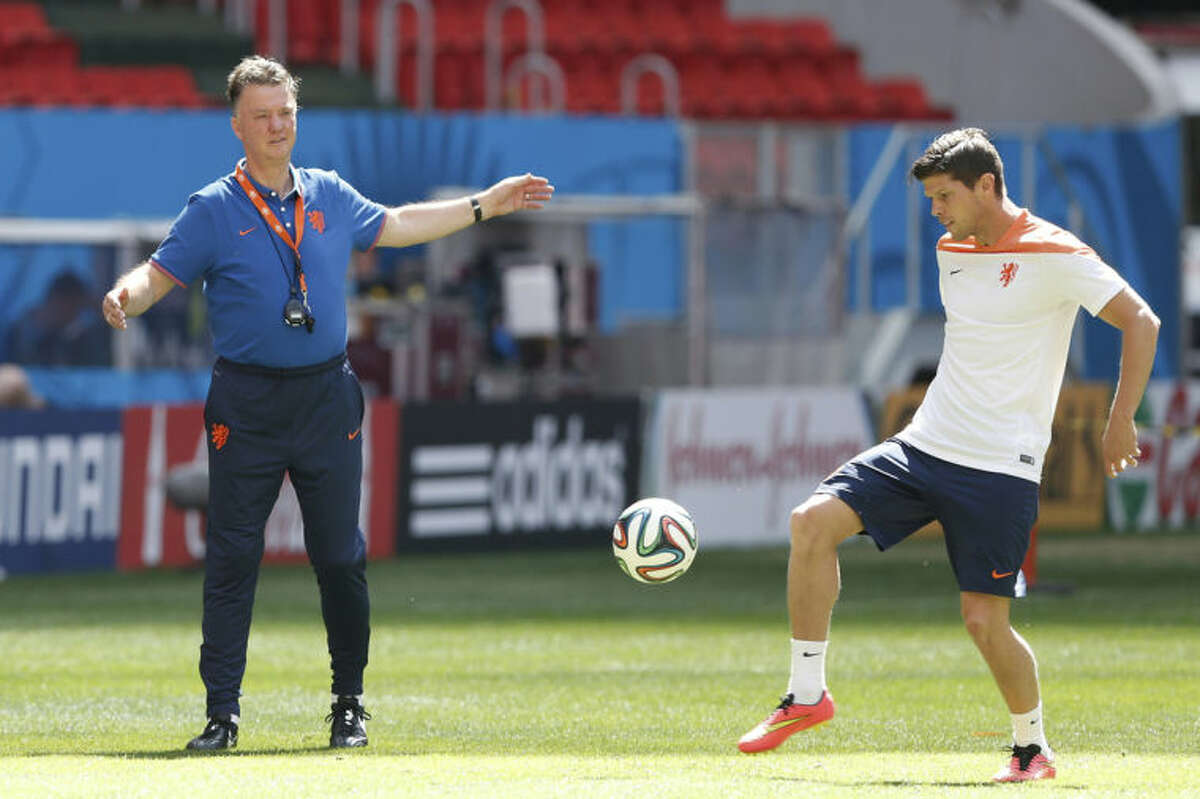 Netherlands coach Louis van Gaal, left, talks with player Klaas-Jan Huntelaar during a training session at the Estadio Nacional in Brasilia, Brazil, Friday, July 11, 2014. The Netherlands will face Brazil in the World Cup third-place match Saturday. (AP Photo/Eraldo Peres)