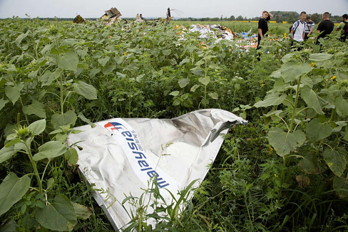 Fragmento del avión de Malaysia Airlines que cayó cerca de Rozsypne, Ucrania, el 18 de julio de 2014. Socorristas, policías e incluso mineros buscaban los restos del avión y cadáveres de las 298 personas que iban a bordo. (Foto AP/Dmitry Lovetsky)