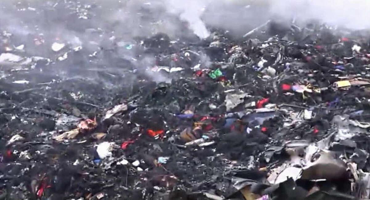 Restos humeantes del avión de Malaysia Airlines que fue derribado cerca de la aldea de Grabovo, en el este de Ucrania, el jueves 17 de julio de 2014. En la aeronave viajaban 295 personas y no hubo sobrevivientes, según la aerolínea. (AP Foto/Channel 1)