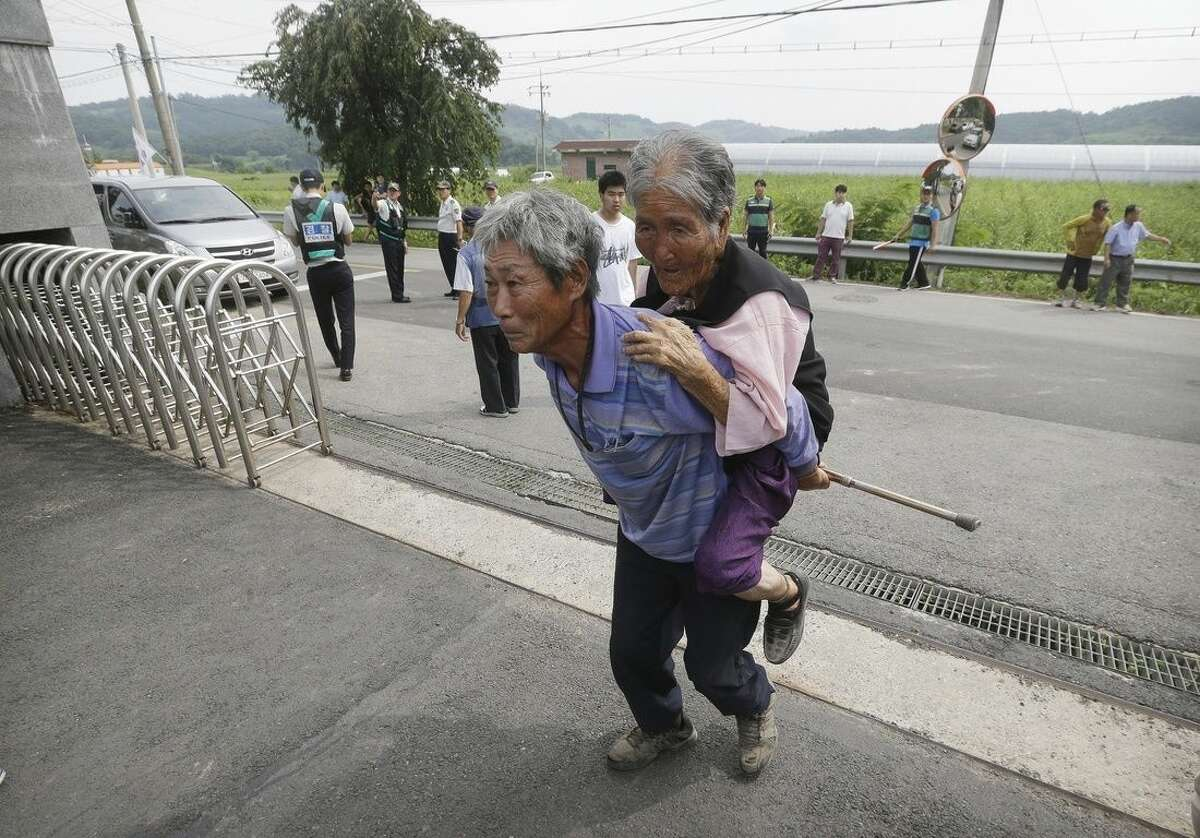 South Korean residents arrive to enter a shelter in Yeoncheon, south of the demilitarized zone that divides the two Koreas, South Korea, Saturday, Aug. 22, 2015. The two Koreas prepared for a possible military clash Saturday as the North's deadline loomed for Seoul to dismantle loudspeakers broadcasting anti-North Korean propaganda across their border. North Korea has declared its frontline troops are in full war readiness and prepared to go to battle if Seoul doesn't back down. (AP Photo/Ahn Young-joon)