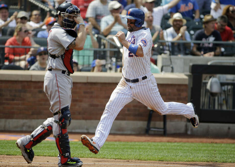 New York Mets' Michael Cuddyer, right, scores on Noah Syndergaard's second-inning RBI-single in an interleague baseball game against the Boston Red Sox in New York, Sunday, Aug. 30, 2015. (AP Photo/Kathy Willens)