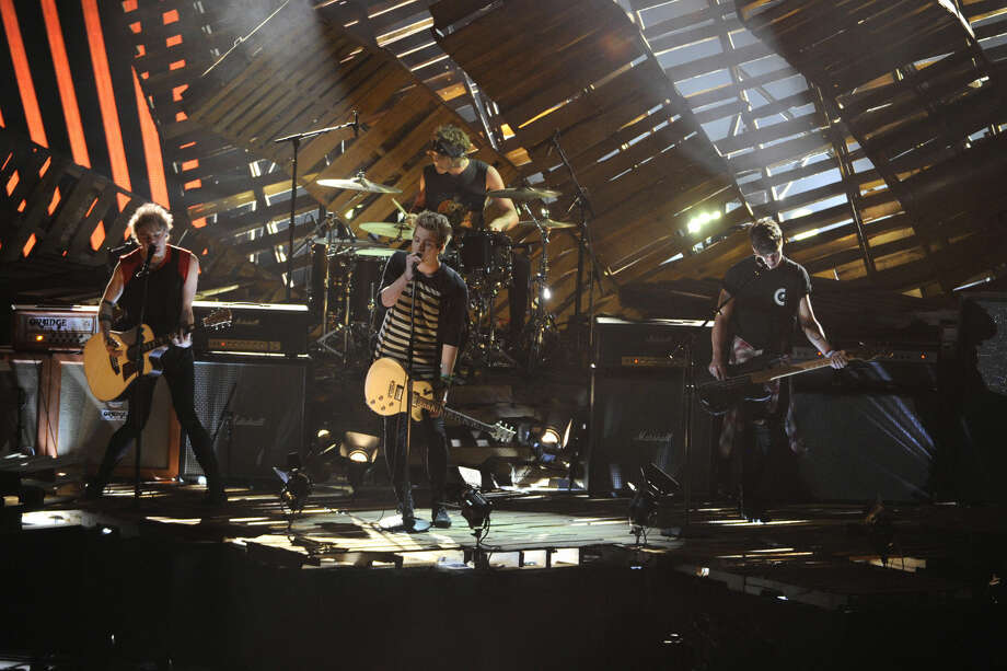 Michael Clifford, from left, Ashton Irwin, Luke Hemmings, and Calum Hood of 5 Seconds of Summer performs at the MTV Video Music Awards at The Forum on Sunday, Aug. 24, 2014, in Inglewood, Calif. (Photo by Chris Pizzello/Invision/AP)
