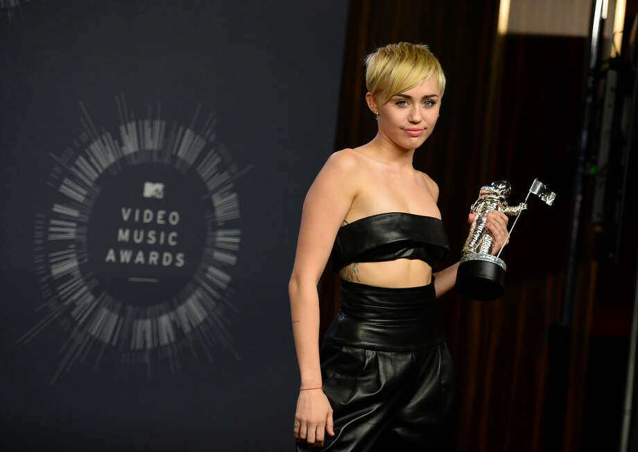 Miley Cyrus poses with the award for Video of the Year in the press room at the MTV Video Music Awards at The Forum on Sunday, Aug. 24, 2014, in Inglewood, Calif. (Photo by Jordan Strauss/Invision/AP)