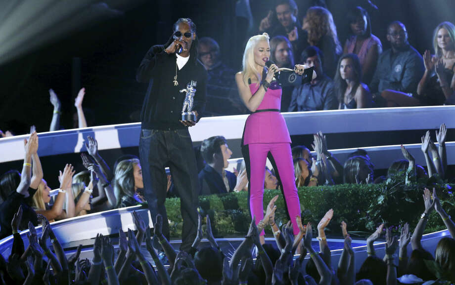 Snoop Dogg, left, and Gwen Stefani present the award for Best Female Video at the MTV Video Music Awards at The Forum on Sunday, Aug. 24, 2014, in Inglewood, Calif. (Photo by Matt Sayles/Invision/AP)