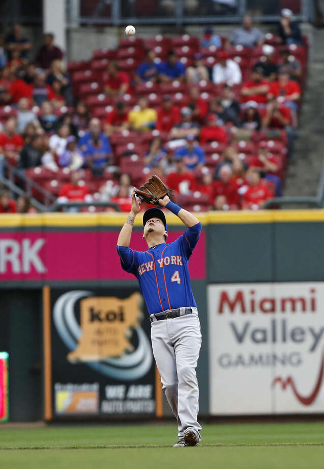 New York Mets shortstop Wilmer Flores (4) catches a fly ball hit by Cincinnati Reds Josh Smith in the fourth inning of a baseball game, Saturday, Sept. 26, 2015, in Cincinnati. (AP Photo/Aaron Doster)
