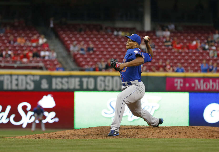 New York Mets relief pitcher Jeurys Familia (27) pitches in the ninth inning of a baseball game against the Cincinnati Reds, Saturday, Sept. 26, 2015, in Cincinnati. The Mets won 10-2 to clinch the NL East title. (AP Photo/Aaron Doster)