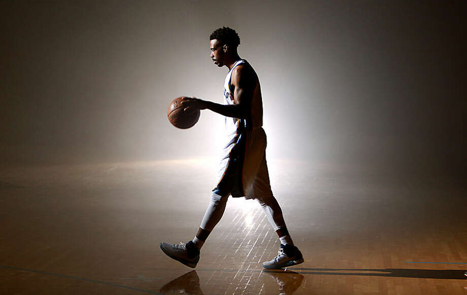 Memphis Grizzlies' Mike Conley participates in a video shoot during NBA basketball media day Monday, Sept. 28, 2015, in Memphis, Tenn. (Mike Brown/The Commercial Appeal via AP) MANDATORY CREDIT