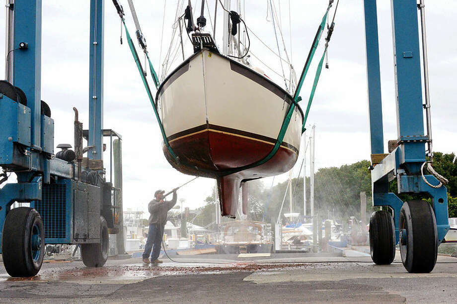 Hour photo / Erik Trautmann Locals including workers with Cove Marina prepare for stormy conditions ahead of Hurricaine Joaquin