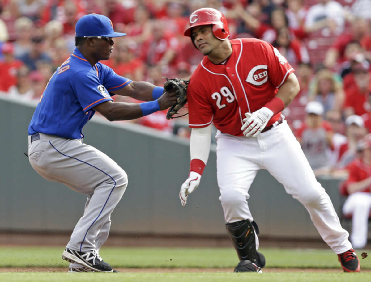 New York Mets second baseman Dilson Herrera tags out Cincinnati Reds' Brayan Pena (29) after Pena was caught in a rundown betwee first and second base in the first inning of a baseball game, Saturday, Sept. 6, 2014, in Cincinnati. (AP Photo/Al Behrman)