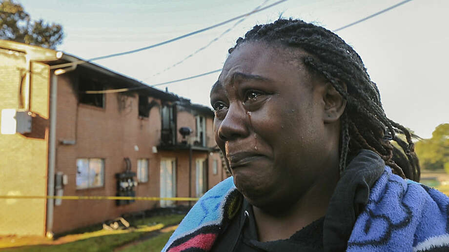 Displaced resident Keyera Wade grieves for her neighbor who perished in an apartment fire, Wednesday, Oct. 21, 2015, in Decatur, DeKalb County, Ga. (John Spink /Atlanta Journal-Constitution via AP)