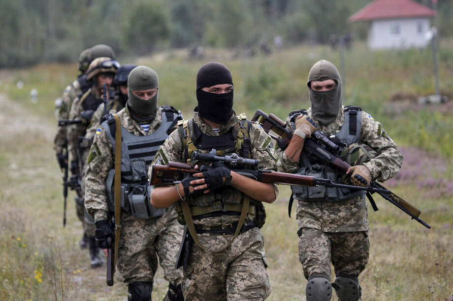 Ukrainian soldiers take part in an exercise at a military training centre outside Zhytomyr, some 150 km (94 miles) west of Kiev, Ukraine, Thursday, Sept. 11, 2014. (AP Photo/Sergei Chuzavkov)