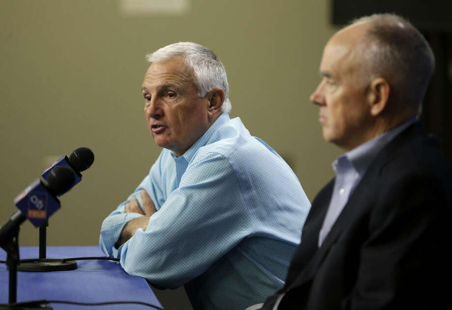 New York Mets general manger Sandy Alderson, right, looks on while manager Terry Collins speaks during a news conference in New York, Wednesday, Nov. 4, 2015. (AP Photo/Seth Wenig)