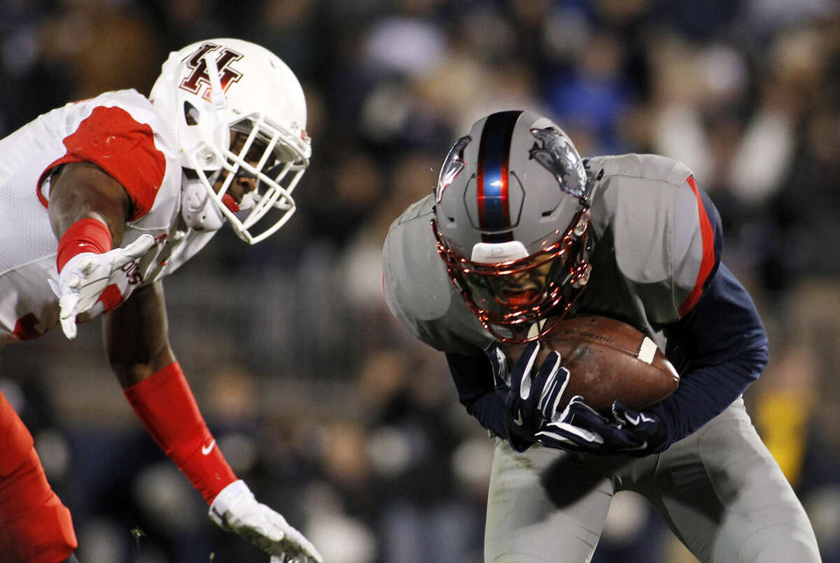 Connecticut wide receiver Noel Thomas, right, catches a touchdown pass as Houston cornerback William Jackson III, left, defends on the play during the fourth quarter of an NCAA college football game Saturday, Nov. 21, 2015, in East Hartford, Conn. (AP Photo/Stew Milne)