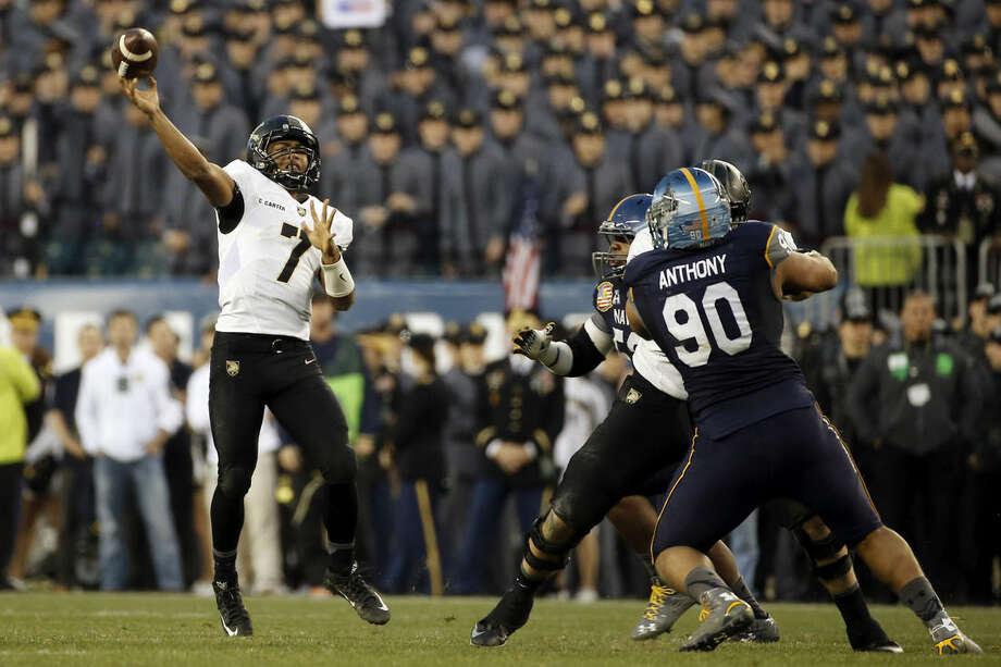 Army quarterback Chris Carter (7) throws for a touchdown during an NCAA college football game against Navy, Saturday, Dec. 12, 2015, in Philadelphia. (AP Photo/Matt Slocum)