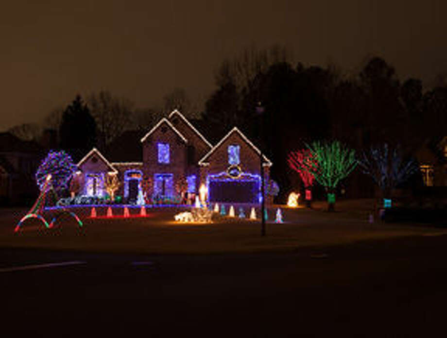 A Homeowner's Guide to Hanging Holiday Lights
