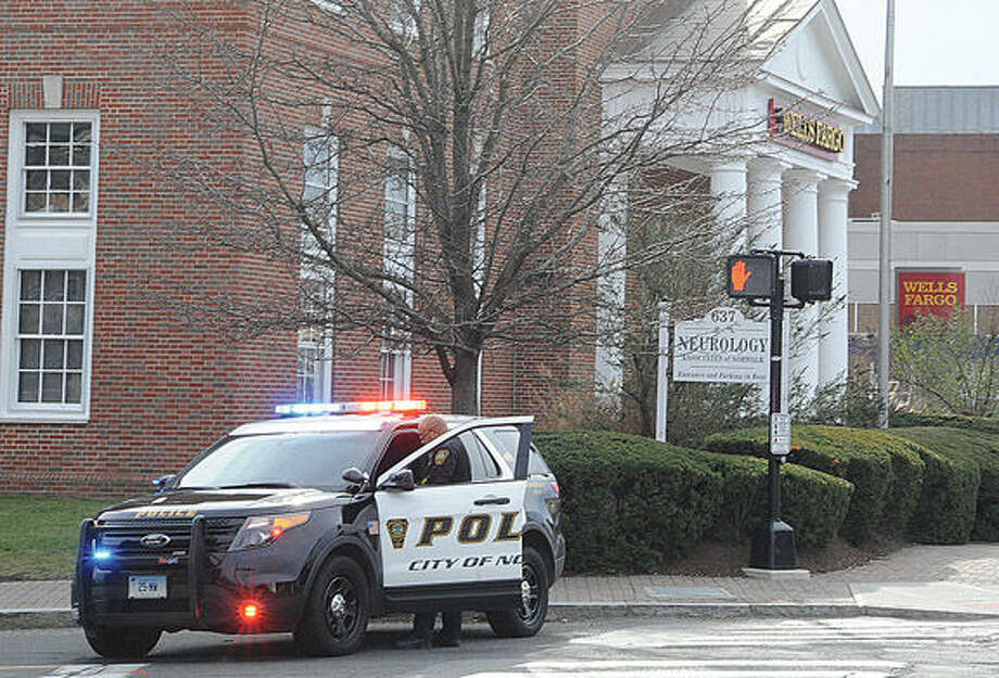 Norwalk police respond to a bank robbery Monday morning at the Wells Fargo bank on West Avenue. Hour phoot/Matthew Vinci