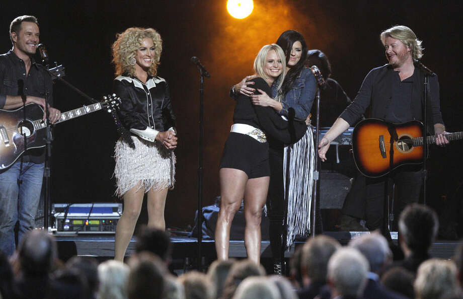 Miranda Lambert, center, and from left, Jimi Westbrook, Kimberly Schlapman, Karen Fairchild and Phillip Sweet, of the musical group Little Big Town, perform on stage at the 48th annual CMA Awards at the Bridgestone Arena on Wednesday, Nov. 5, 2014, in Nashville, Tenn. (Photo by Wade Payne/Invision/AP)