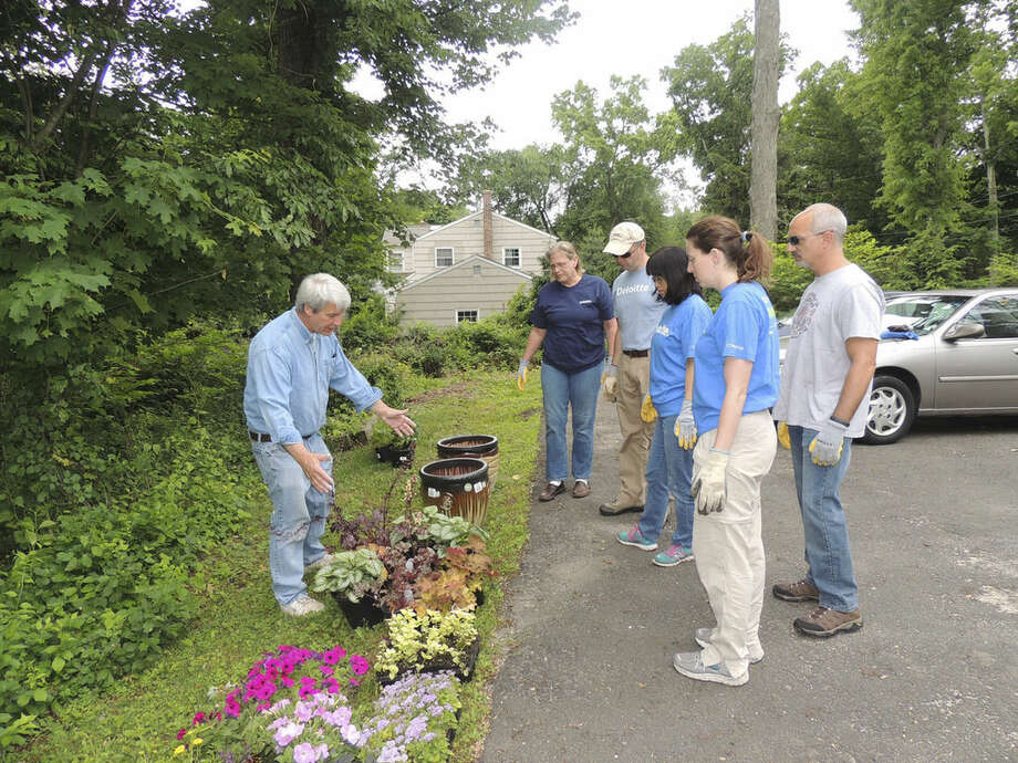 Contributed photoBill Casale of STAR talks to the landscaping crew: Gayle Ralph, John Coykendall, Jane Wu, Elise Lambert, Michael Infante