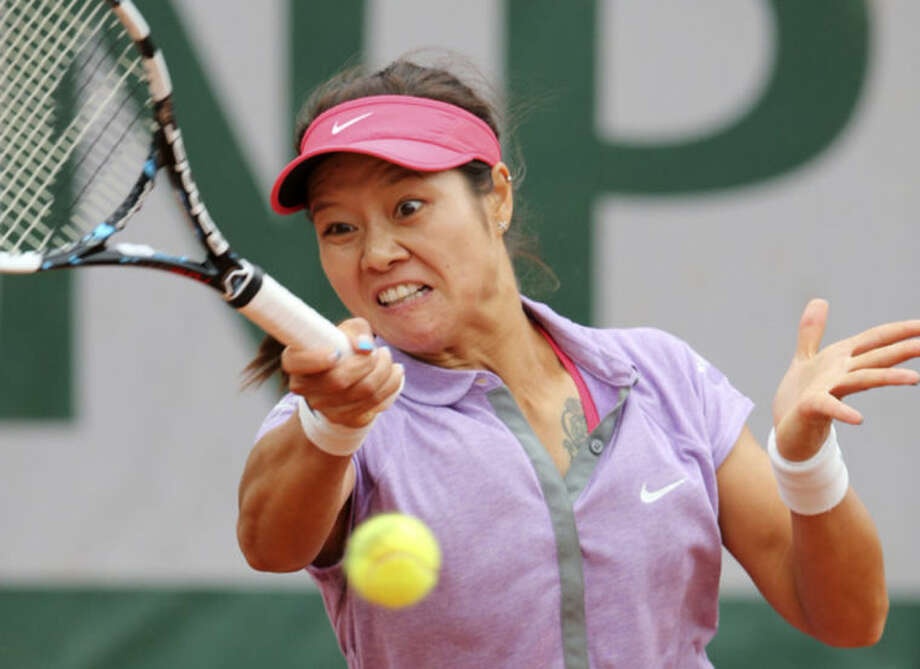 Chinas Li Na returns the ball to France's Kristina Mladenovic during their first round match of the French Open tennis tournament at the Roland Garros stadium, in Paris, France, Tuesday, May 27, 2014. (AP Photo/David Vincent)