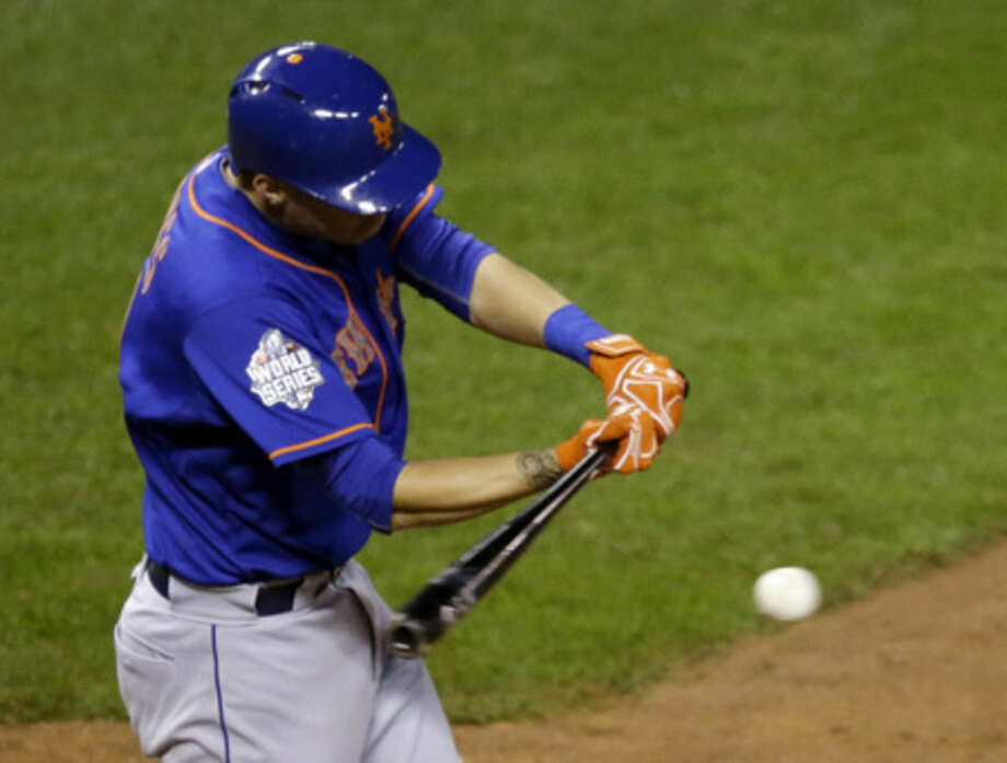 New York Mets' Wilmer Flores hits an RBI single during the eighth inning of Game 1 of the Major League Baseball World Series against the Kansas City Royals Tuesday, Oct. 27, 2015, in Kansas City, Mo. (AP Photo/David Goldman)