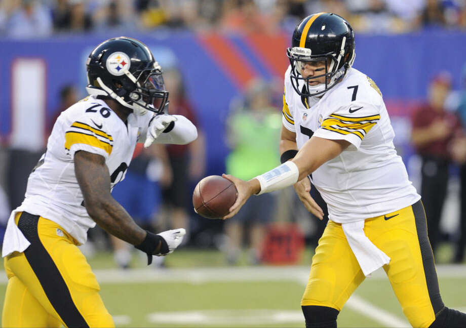 Pittsburgh Steelers quarterback Ben Roethlisberger (7) hands the ball off to Pittsburgh Steelers running back Le'Veon Bell (26) in the first quarter of a preseason NFL football game, Saturday, Aug. 9, 2014, in East Rutherford, N.J. (AP Photo/Bill Kostroun)