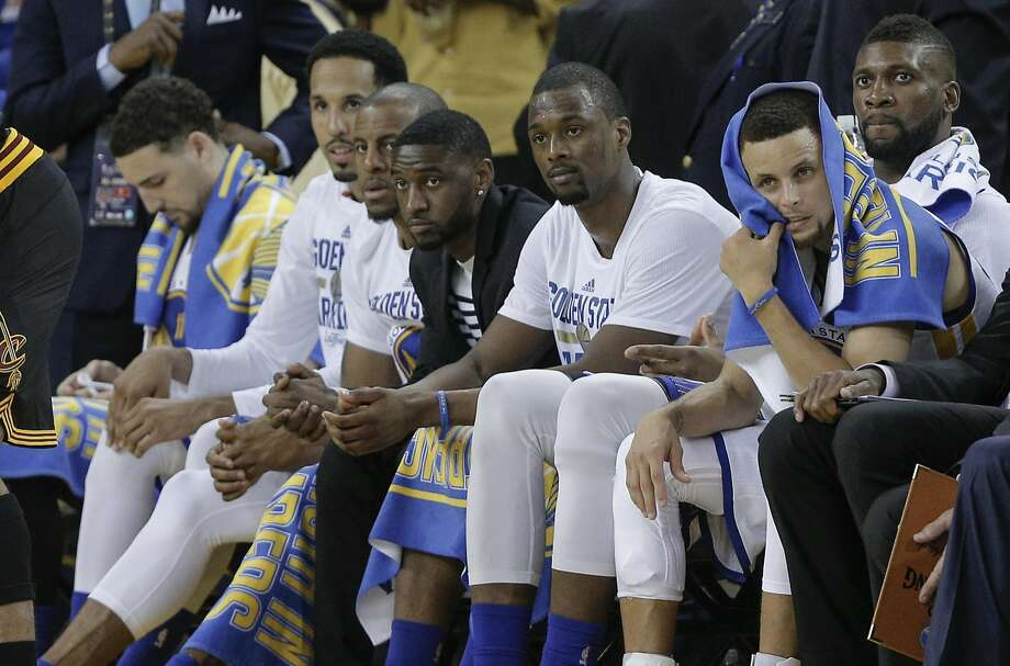 Stephen Curry (right, with blue towel) and fellow Warriors watch the final moments of the Game 5 loss to Cleveland from the bench at Oracle Arena. Photo: Carlos Avila Gonzalez, The Chronicle